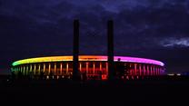 Euro 2020. Stadion Olimpijski w Berlinie oświetlony kolorami tęczy podczas meczu Euro. Wideo