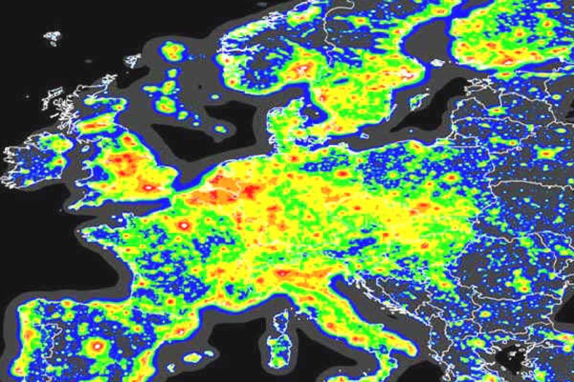 """Europa dosłownie """"świeci nocą"""". Rzeczona mapa pochodzi z 2006 r. Po 15 latach jest o wiele gorzej! /Wikimedia Commons /domena publiczna"""