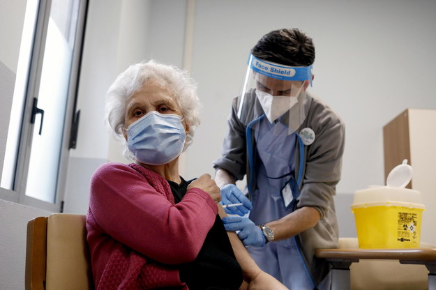 Europejska Agencja Leków podkreśliła, że szczepionka przeciw Covid-19 koncernu AstraZeneca może być stosowana u wszystkich ludzi powyżej 18. roku życia /MOURAD BALTI TOUATI /PAP/EPA