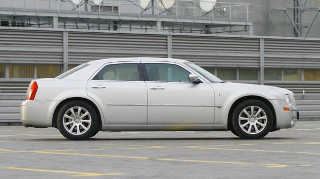 Europejskie samochody tak nie wyglądają: Chrysler 300C ma wręcz brutalną sylwetkę. Rozstaw osi to ponad trzy metry. /Motor