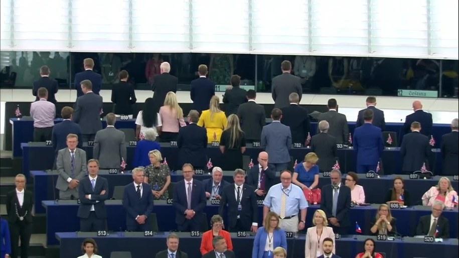 Europosłowie Partii Brexit odwrócili się tyłem podczas odgrywania hymnu Unii Europejskiej /RUPTLY/x-news