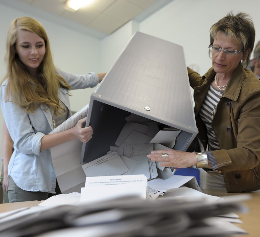Eurowybory 2014: Liczenie głosów w lokalu wyborczym w Kolonii /MARIUS BECKER  /PAP/EPA