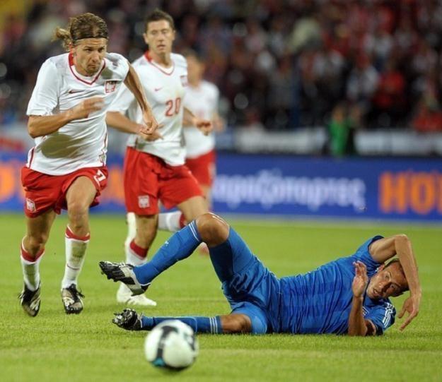 Euzebiusz Smolarek mija Morasa w meczu Polska - Grecja. /AFP