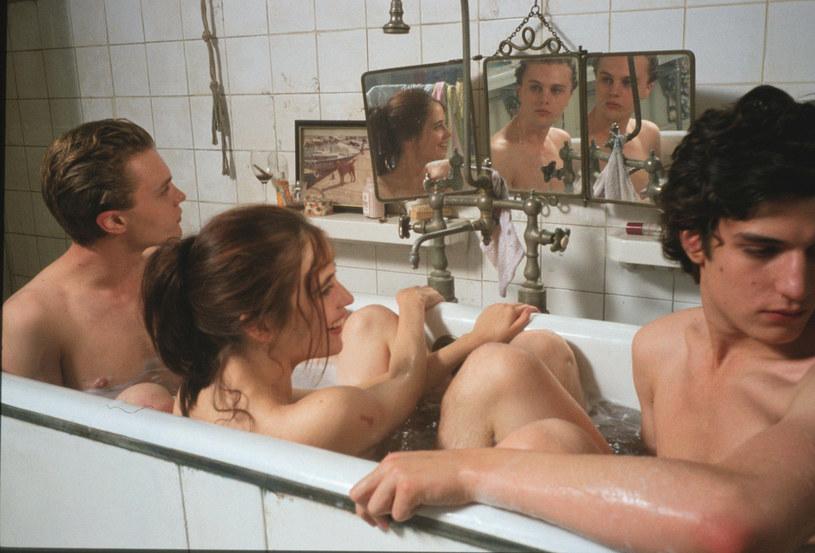"""Eva Green z Michaelem Pittem i Louisem Garrelem w pamiętnej scenie z filmu """"Marzyciele"""" /Wiese/face to face /East News"""