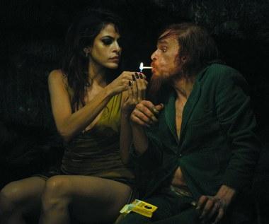"Eva Mendes i Denis Lavant w filmie ""Holy Motors"""
