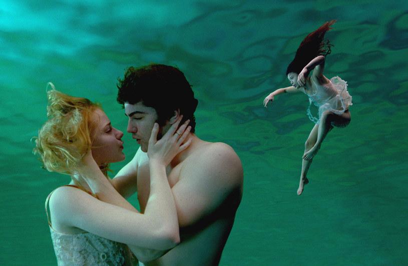 "Evan Rachel Wood i Jim Sturgess w filmie ""Arcoss the Universe"" (2007) /Polsat /materiały prasowe"