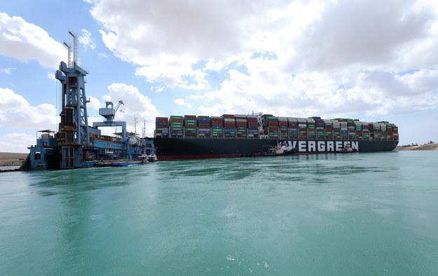 Ever Given jest jedną z największych pływających jednostek towarowych na świecie /SUEZ CANAL AUTHORITY / HANDOUT /PAP