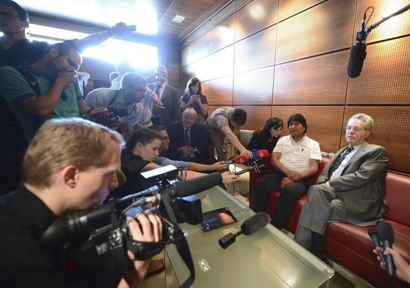 Evo Morales (2-R) i austriacki prezydent Heinz Fischer (R) na wiedeńskim lotnisku /PAP/EPA