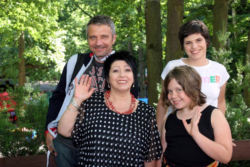 Ewa Bem z córkami i mężem /Piotr Fotek /Reporter