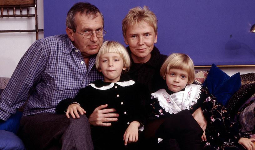 Ewa Błaszczyk i Jacek Janczarski z córkami, 2000 r. /Mchał Hermanek /Reporter