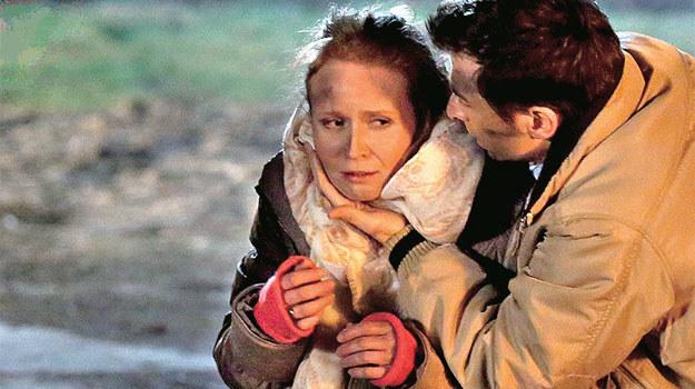 Ewa (Dominika Kluźniak) jest już bezpieczna w ramionach męża, ale oboje będą zrozpaczeni, patrząc na płomienie trawiące dom /Agencja W. Impact