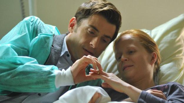 Ewa i Marek zakładają sobie symbolicznie obrączki. Czy ich miłość okaże się silniejsza niż śmierć? /www.mjakmilosc.tvp.pl/