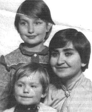 Ewa Juszko-Pałubska z dziećmi. 1984 r. _ archiwum rodzinne /INTERIA.PL