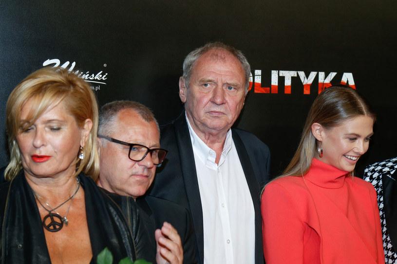 """Ewa Kasprzyk i Andrzej Grabowski spotkali się również na planie filmu Patryka Vegi """"Polityka"""". Na zdjęciu również: Anna Karczmarczyk i Tadeusz Chudecki /AKPA"""