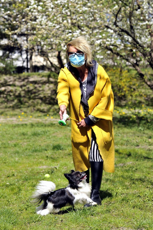 Ewa Kasprzyk na spacerze z psem /AKPA
