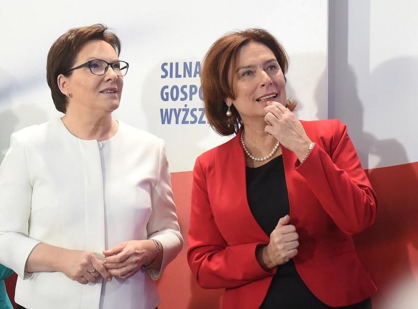 Ewa Kopacz i Małgorzata Kidawa-Błońska zapoznają się z wynikami wyborów /Radek Pietruszka /PAP