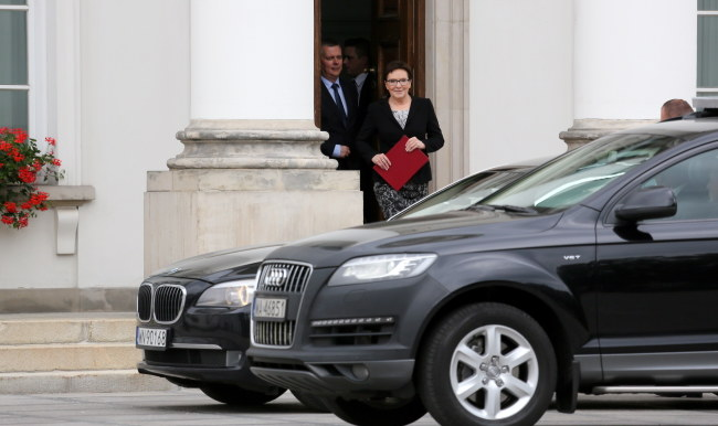 Ewa Kopacz i Tomasz Siemoniak wychodzą z Belwederu po spotkaniu z prezydentem /Leszek Szymański /PAP