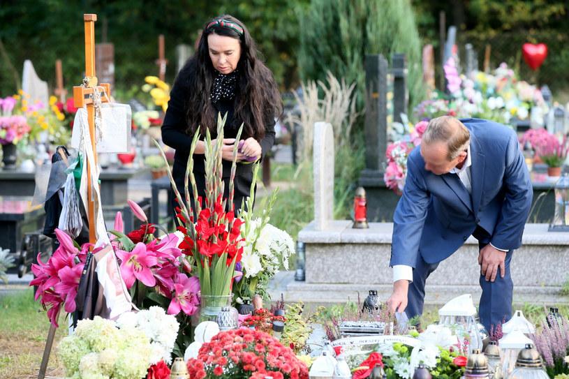 Ewa Krawczyk na cmentarzu /Tomasz Radzik /East News