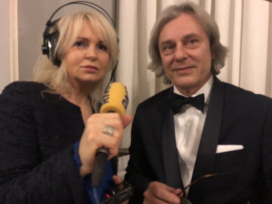 Ewa Kwaśny z RMF FM rozmawia z profesorem Piotrem Chłostą /Fot. Michał Dobrołowicz /Grafika RMF FM