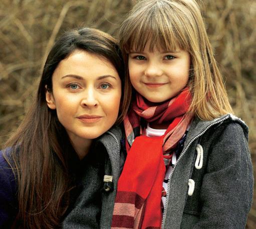 Ewa Wielicka (Natalia Kaczmarek) i jej siostrzenica (Marysia Włodkowska) /Świat Seriali
