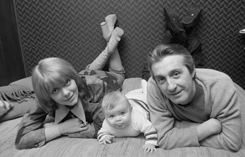Ewa Żukowska i Andrzej Kopiczyński z córką, 1974 r. /Mirosław Stankiewicz /Agencja FORUM
