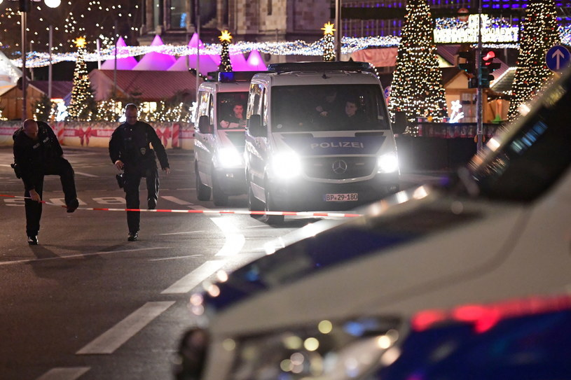 Ewakuacja jarmarku bożonarodzeniowego w Berlinie /Clemens Bilan /PAP/EPA