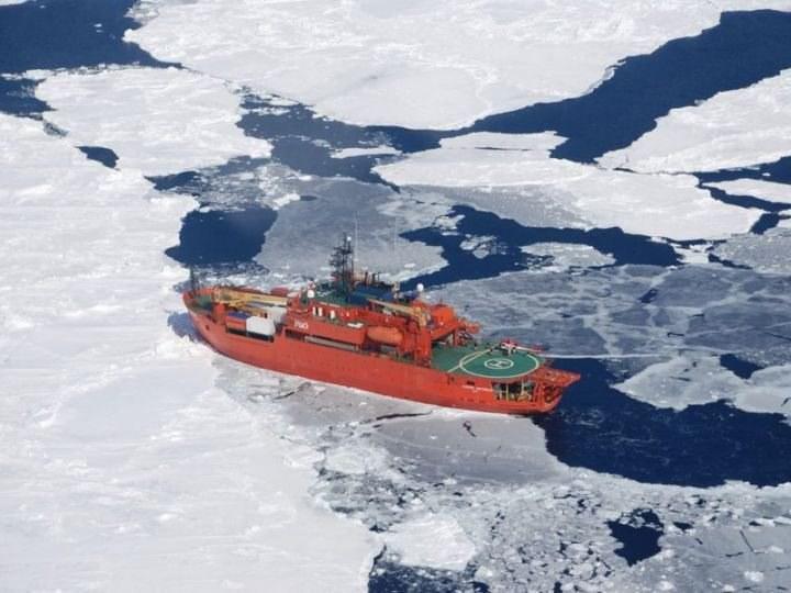 Ewakuacja pasażerów lodołamacza Akademik Szokalski /DEPARTMENT OF ENVIRONMENT/AUSTRALIAN ANTARCTIC DIVISION /PAP/EPA