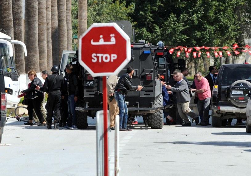 Ewakuacja turystów z muzeum podczas ataku zamachowców /PAP/EPA