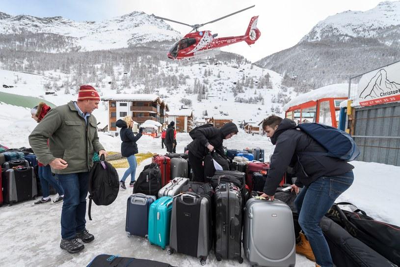 Ewakuacja turystów z ośrodka narciarskiego Zermatt pod Matterhornem /FABRICE COFFRINI /AFP
