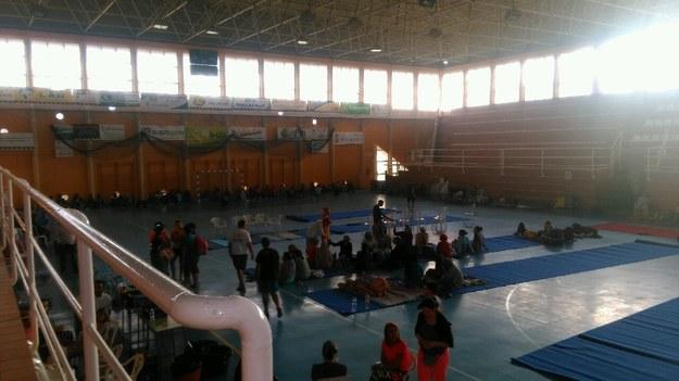 Ewakuowani zostali umieszczeni w sali sportowej /foto. Gorąca Linia RMF FM /