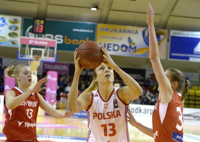 Ewelina Kobryn (C) blokowana przez Czeszkę Klarę Krivankovą (P) podczas meczu towarzyskiego koszykarek. Z lewej Pavla Svrdlikova /Darek Delmanowicz /PAP