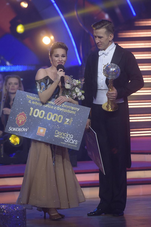 Ewelina Lisowska z czekiem na 100 tys. złotych! /AKPA