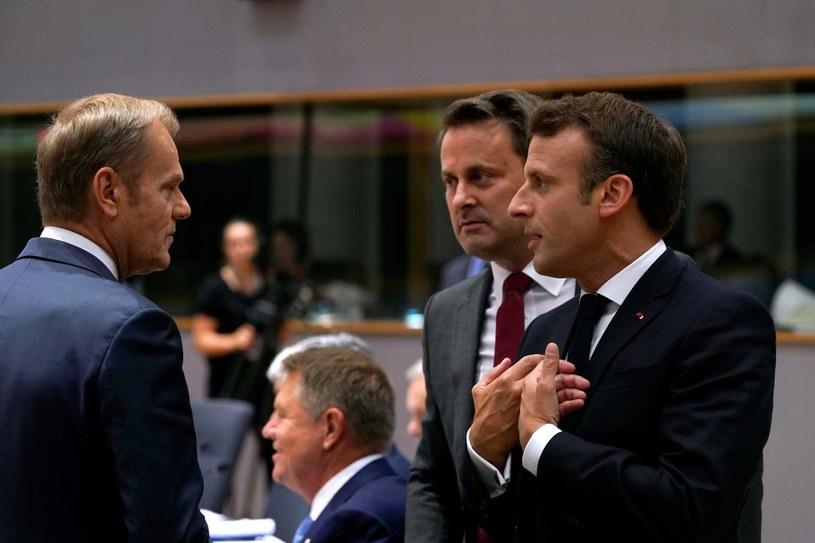 Ewentualne przejście do głosowania będzie zależało od decyzji szefa Rady Europejskiej Donalda Tuska, na zdjęciu - Donald Tusk, Emmanuel Macron (P) i Xavier Bettel (C) /AFP