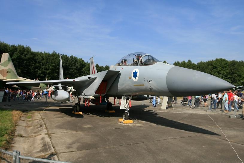 """F-15D o numerze bocznym 957 i nazwie własnej """"Markia Shchakim"""" nadal pozostaje w czynnej służbie /Wikimedia Commons /INTERIA.PL/materiały prasowe"""