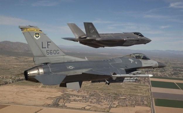 F-16 i F-35 U.S. Air Force photo/Jim Hazeltine /AFP