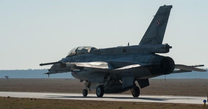 F-16 na lotnisku w Lasku /ANDRZEJ ZBRANIECKI /East News