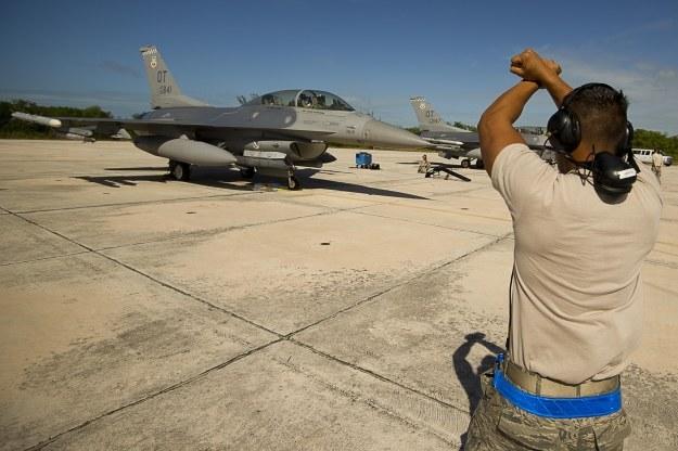 F-16  przygotowuje się do manewrów.  Fot. Tech. Sgt. Dennis J. Henry Jr. /materiały prasowe