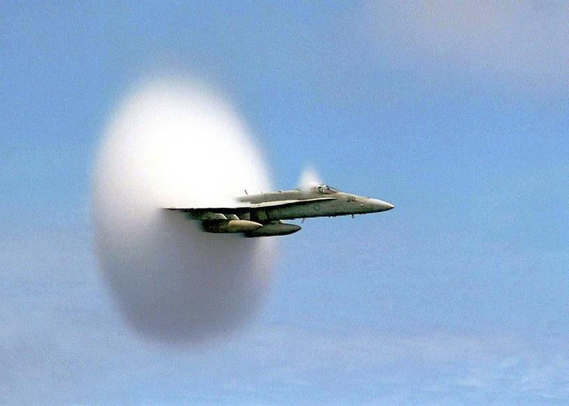 F-18 lecący blisko prędkości dźwięku. Za samolotem widać tzw. obłok Prandtla-Glauerta /Wikipedia /Wikipedia