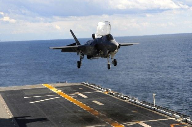 F-35B ląduje na lotniskowcu /AFP