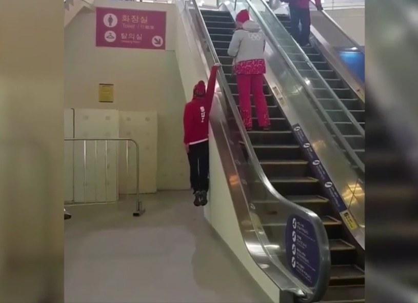 Fabian Boesch pokazuje, jak korzystać z ruchomych schodów /