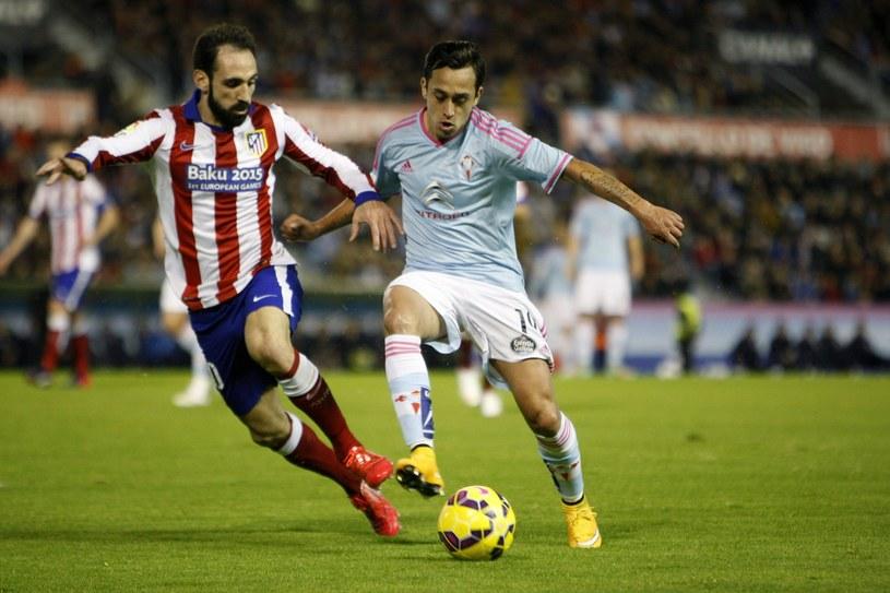 Fabian Orellana (z prawej) strzelił gola w meczu z Atletico /PAP/EPA