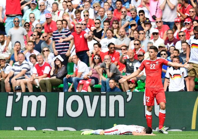 Fabian Schaer (czerwony strój) i Robert Lewandowski /AFP