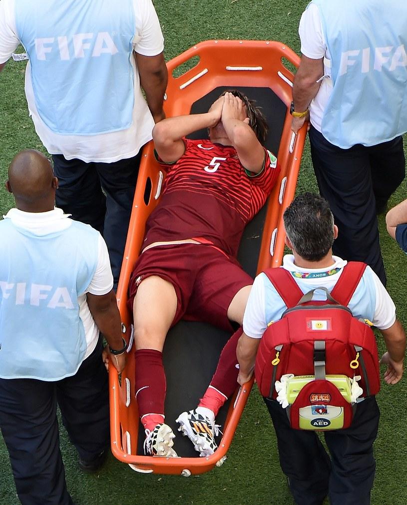 Fabio Coentrao opuszcza boisko na noszach /AFP