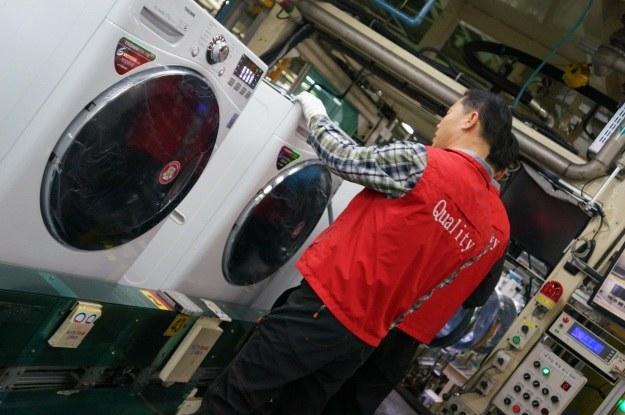 Fabryka LG w Changwon - gotowa pralka wyjeżdża z taśmy produkcyjnej /INTERIA.PL