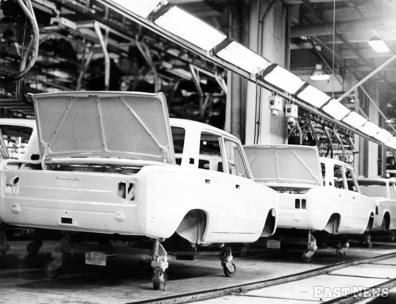 Fabryka Samochodów Osobowych FSO na żeraniu, Warszawa, lata 60. Na zdjęciu: linia montażowa fiata 125p /Tadeusz Kowalski /East News