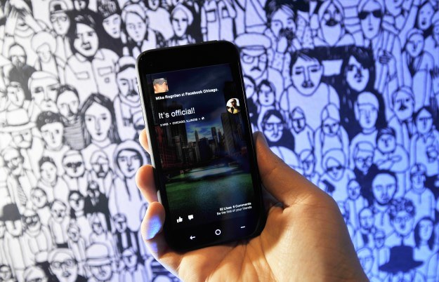 Facebook Home to nowy sposób komunikacji ze znajomymi /AFP