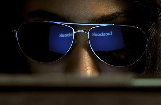 Facebook jest cennym źródłem informacji o ludzkich zachowaniach /AFP