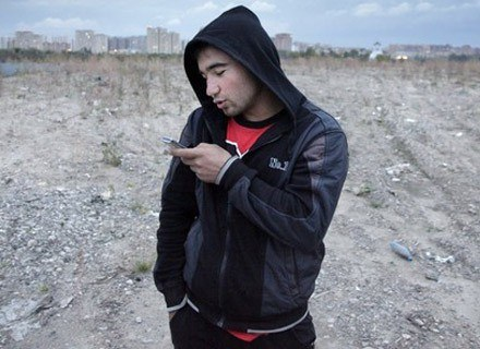Faceci też potrafią - wkładać uczucie w SMS-a... /AFP
