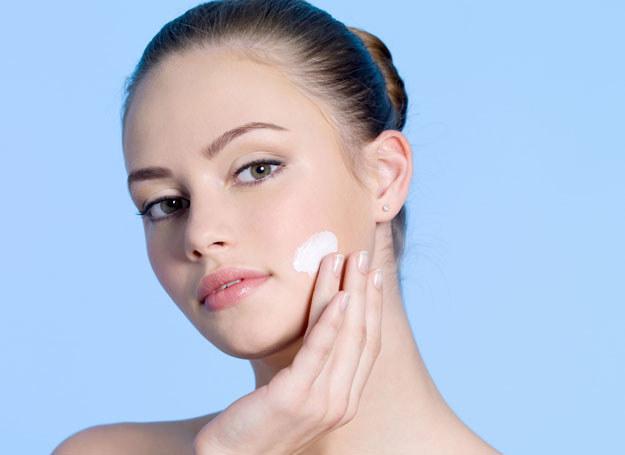 Facefitness możesz wykonać we własnej łazience /123RF/PICSEL