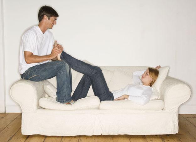Facet jest szczęśliwy, kiedy czuje, że jest w dobrej relacji ze swoją partnerką i rodziną /ThetaXstock